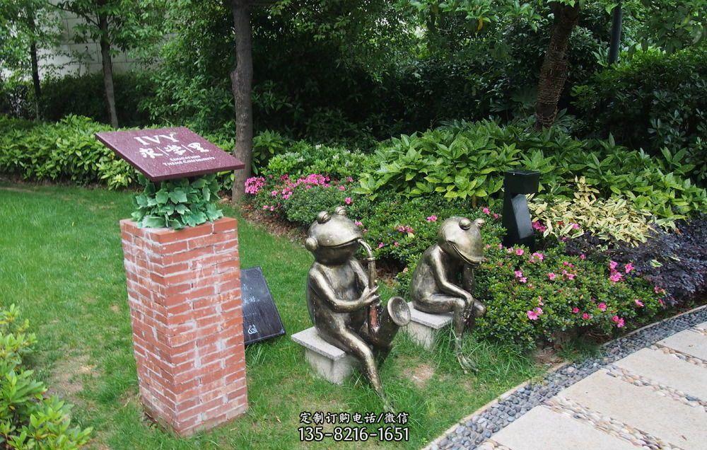 吹萨克斯的青蛙铜雕